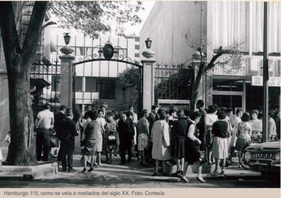 Hamburgo 115 lugar de la casona que alberga actualmente el centro de salud visual salauno, en la imagen se representa una fotografía blanco y negro. Mostraba como era hace 60 años la edificación y el estilo de vida de la colonia Juárez.