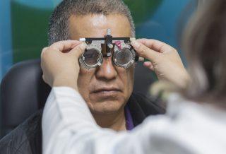 Optometrista realizando una prueba de vista