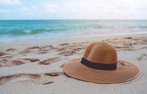 Sombrero en la playa para protegerse de la luz del sol en el verano