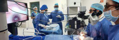 Oftalmólogos de salauno utilizando la novedosa tecnología de la cirugía 3D tridimensional en sus pacientes.