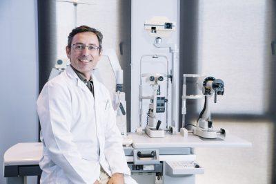 Oftalmólogo en consultorio de telemedicina.